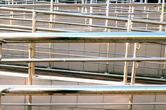 Trilhos brilhantes do metal no ambiente urbano Para o movimento das pessoas com inabilidades Imagem de Stock Royalty Free