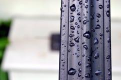 Trilhos com gotas da chuva imagens de stock