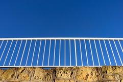 Trilhos contra o céu azul fotografia de stock royalty free