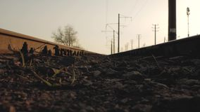 Trilhos da estrada de ferro contra o céu vídeos de arquivo