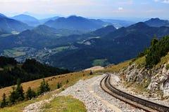 Trilhos da roda denteada no meio das montanhas fotografia de stock royalty free
