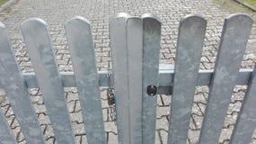 Trilhos de aço em um passeio pavimentado Fotografia de Stock Royalty Free