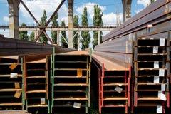 Trilhos de aço inoxidável depositados nas pilhas Fotografia de Stock Royalty Free