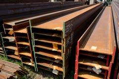 Trilhos de aço inoxidável depositados nas pilhas Imagem de Stock