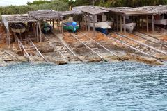 Trilhos de madeira encalhados barco de Escalo Formentera Fotos de Stock