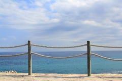 Trilhos do corrimão na corda e na madeira marinhas fotografia de stock royalty free