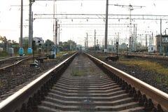 Trilhos do trem durante o por do sol no dia de verão imagem de stock royalty free