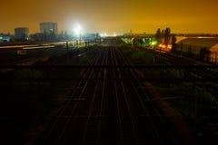 Trilhos do trem na noite Fotos de Stock