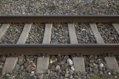 Trilhos e fundo de pedra esmagado do close up Imagens de Stock
