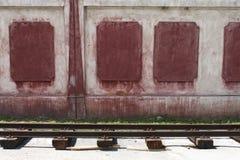 Trilhos e parede Fotografia de Stock