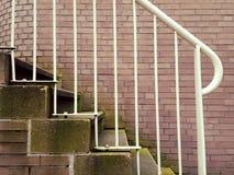 Trilhos exteriores brancos da escada do metal com tijolo Foto de Stock Royalty Free