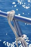 Trilhos marinhos do barco do aço inoxidável do detalhe do nó fotografia de stock royalty free
