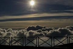 Trilhos na parte superior do vulcão de Etna entre nuvens no por do sol Foto de Stock