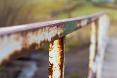 Trilhos oxidados velhos na ponte velha imagens de stock