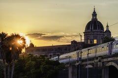 Trilhos sobre arcos do porto em Catania fotos de stock