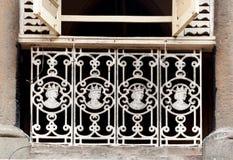 Trilhos velhos do ferro fundido com efígies da rainha Victoria, Mumbai fotografia de stock