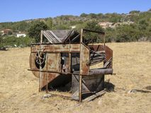 Trilladora abandonada en el campo foto de archivo