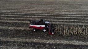 Trilladora que mueve encendido la granja y que corta los troncos metrajes