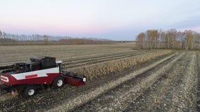 Trilladora que mueve encendido la granja y que corta los troncos almacen de metraje de vídeo