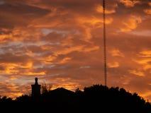 Trillend, het gloeien, wolk gevulde zonsopgang die op over een silhouetvoorgrond komen royalty-vrije stock afbeelding