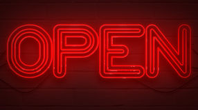 Trillend het knipperen rood neonteken op bakstenen muurachtergrond, het open teken van de winkelbar Stock Foto's