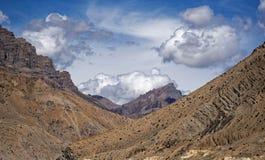 Trillend landschap die diverse geologische eigenschappen van de aarde omvatten Stock Foto