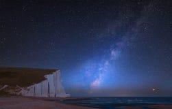 Trillend Melkweg samengesteld beeld over landschap van Zuster Zeven stock afbeeldingen