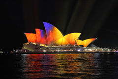 Trillende bewegende kleur op Sydney Opera House tijdens Levendig Sydney Stock Foto