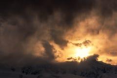 Trillende de wolkenzonsondergang van de hemelberg Stock Fotografie