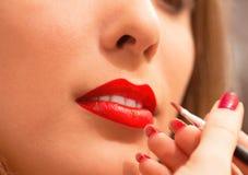 Trillende dichte omhooggaand van lippenmake-up Stock Afbeeldingen
