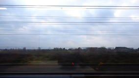 Trillende draden in het venster van een snel bewegende trein stock footage
