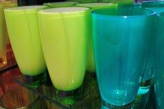 Trillende groene en blauwe gekleurde glazen op een plank royalty-vrije stock afbeelding