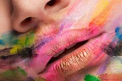 Trillende kleuren op lippen en mond in dichte omhooggaande foto stock afbeeldingen