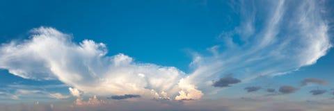 Trillende kleuren panoramische blauwe hemel met witte wolk Stock Foto