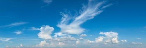 Trillende kleuren panoramische blauwe hemel met witte wolk Royalty-vrije Stock Afbeelding