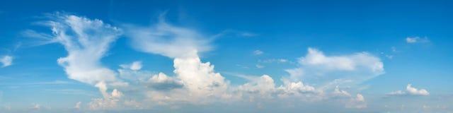 Trillende kleuren panoramische blauwe hemel met witte wolk Royalty-vrije Stock Afbeeldingen