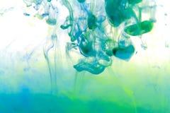 Trillende kleurenplonsen in water Stock Foto