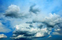 Trillende onweerswolken over de donkerblauwe hemel Stock Afbeelding