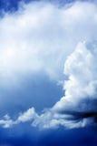Trillende onweerswolken over de donkerblauwe hemel Royalty-vrije Stock Afbeeldingen