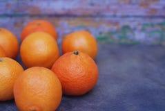 Trillende Oranje Mandarijnen op Donkerblauwe Achtergrond Van de de Groetkaart van het Kerstmisnieuwjaar het Malplaatje van de de  Stock Afbeeldingen