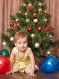 Trillende peuter bij de Kerstmisboom Royalty-vrije Stock Fotografie