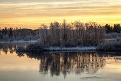Trillende zonsondergang in een meer nabijgelegen Inari, Finland Stock Afbeelding