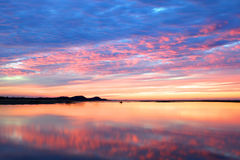 Trillende zonsondergang over water Royalty-vrije Stock Fotografie
