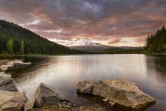 Trillium sjösolnedgång i Oregon royaltyfria foton