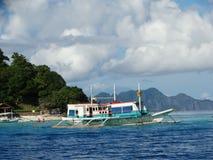 Trimarán en la isla tropical del paraíso, Coron, Filipinas imagenes de archivo