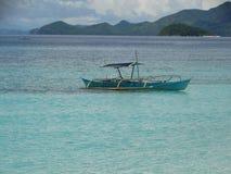 Trimaran bij strand van het paradijs het tropische eiland, Coron, Filippijnen royalty-vrije stock foto's