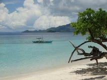 Trimaran bij strand van het paradijs het tropische eiland, Coron, Filippijnen royalty-vrije stock afbeelding