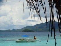 Trimaran bij strand van het paradijs het tropische eiland, Coron, Filippijnen royalty-vrije stock fotografie