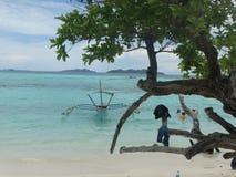 Trimaran på den tropiska östranden för paradis, Coron, Filippinerna Royaltyfria Foton