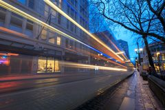 TriMet maximal, Tramspur nachts in im Stadtzentrum gelegenem Portland Lizenzfreies Stockbild